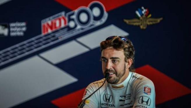 Fernando Alonso atiende a la prensa durante las 500 Millas de Indianápolis de 2017.