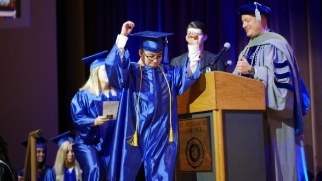 William Maillis en el momento de recoger su diploma.