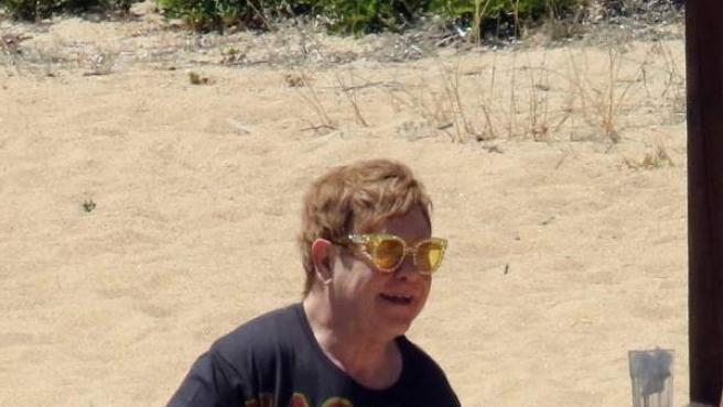 El cantante Elton John, de vacaciones con su familia en Italia.