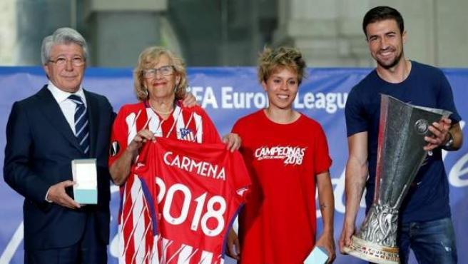 El presidente del Atlético de Madrid, la alcaldesa de la ciudad y los capitanes del primer equipo femenino y masculino.