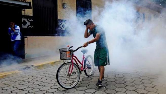 Un hombre se aleja de la explosión de un mortero en León (Nicaragua), durante una protesta contra del gobierno de Daniel Ortega.