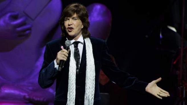 El cantante español Camilo Sesto actúa en la quinta edición de los premios La Musa en el auditorio James L. Knight Center en Miami.