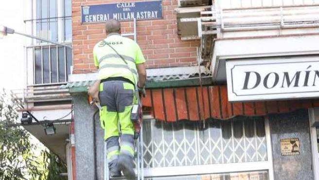 Se inicia el cambio de placas del callejero franquista en Madrid.