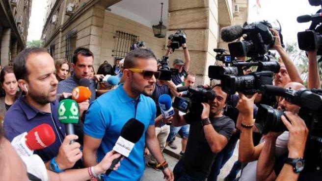 Ángel Boza, uno de los miembros de La Manada, acudiendo al juzgado asediado por los medios.