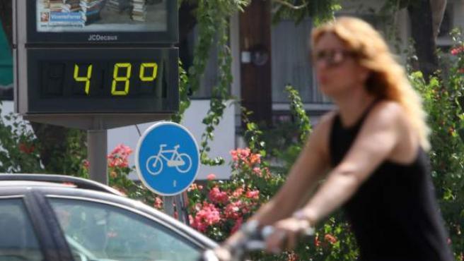 Termómetro en Sevilla que refleja las altas temperaturas durante la ola de calor.