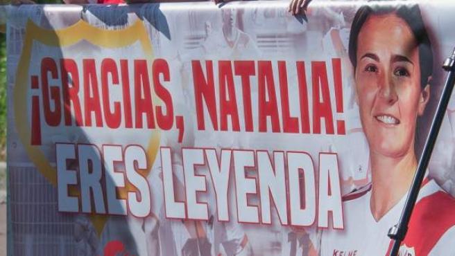 Pancarta de aficionados rayistas en agradecimiento a su leyenda Natalia Pablos, quien quiere retirarse