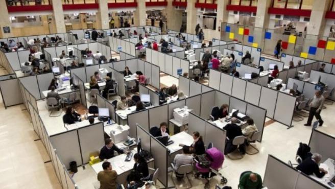 Empleados públicos en su puesto de trabajo.
