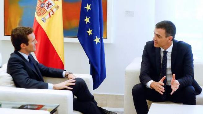 Sánchez y Casado, durante la reunión en La Moncloa.