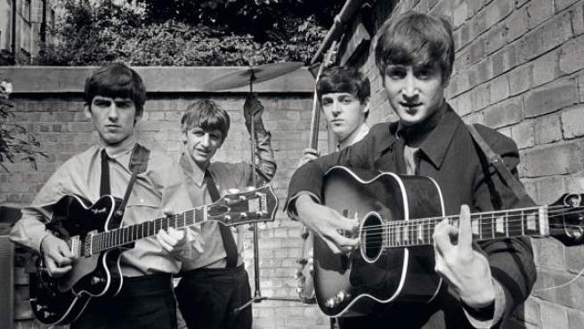 Siempre se ha especulado sobre la supuesta rivalidad de ambas bandas. ¿Fue real o una primigenia campaña de marketing musical de las que luego hemos visto decenas de ejemplos (Prince/Michael Jackson, Blur/Oasis…)? Para despejar dudas sobre el asunto llega a La Térmica de Málaga la exposición The Beatles vs The Rolling Stones, que nos traslada a los primeros años de las dos formaciones en el Londres de los años 60.