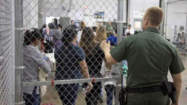 Centro de internamiento de inmigrantes en McAllen, Texas.