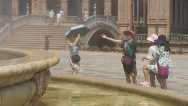 La gente busca mitigar el calor en Sevilla.
