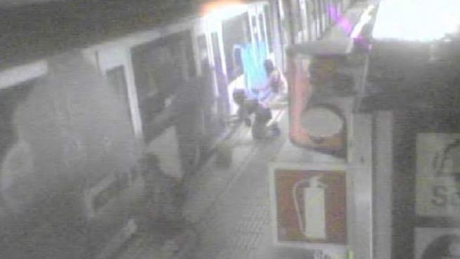 Imagen de una cámara de seguridad mientras los grafiteros pintan los vagones.