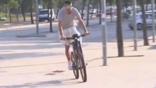 Gerard Piqué en bicicleta eléctrica a su llegada al entrenamiento del Barça.
