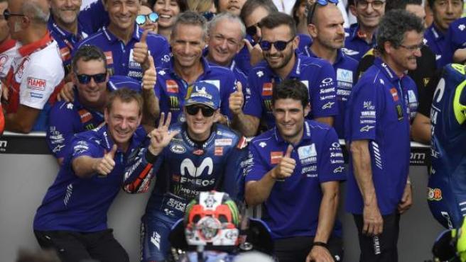 Maverick Viñales y el resto de su equipo en Yamaha.