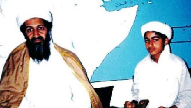 Bin Laden junto su hijo Hamza en una imagen de archivo.