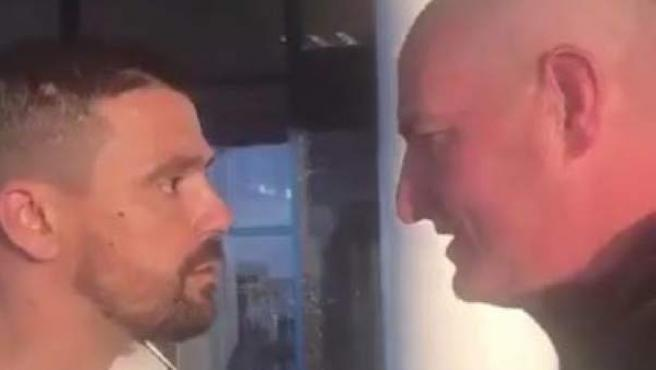 Nacho Novo discutiendo con un aficionado del Celtic.