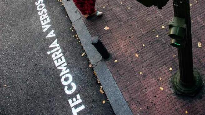 """""""Te comería a versos"""", reza en un paso de cebra de Madrid."""