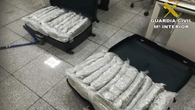 Las dos maletas con droga en el aeropuerto