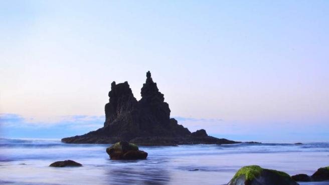 Como la gran mayoría de las playas del archipiélago, Benijo también es volcánica y por eso tiene una arena negra que en un primer momento puede sorprender. Tiene un carácter salvaje, está alejada de los grandes centros urbanos y permite contemplar unos atardeceres increíbles. Para no perdérsela.