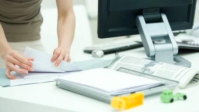 Una mujer trabaja en su oficina.
