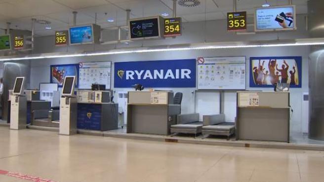 Imagen de un mostrado de Ryanair vacío.