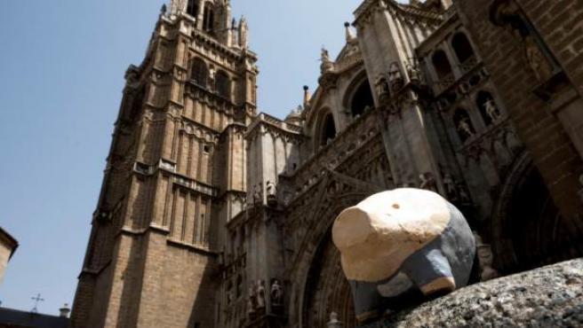 Uno de los pequeños cerdos numerados hasta el 666, colocados de forma anónima en las calles de Toledo.