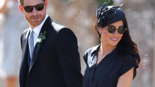 El príncipe Harry y Meghan, Duquesa de Sussex, fuera de la Iglesia de Santa María la Virgen, durante la boda de Daisy Jenks y Charlie Van Straubenzee.