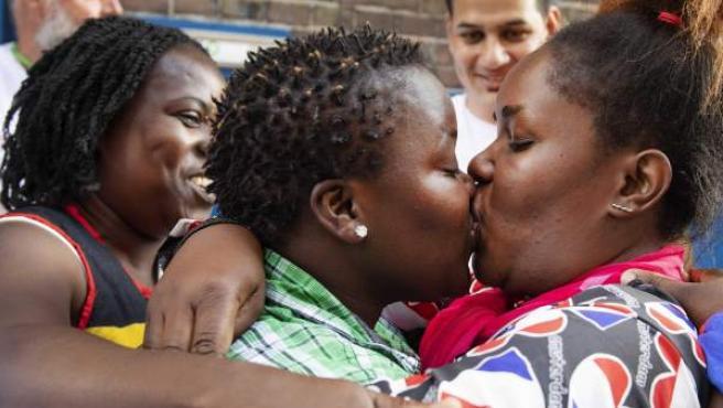 Dos mujeres besándose como protesta frente a la congregación de las Misioneras de la Caridad en Ámsterdam.