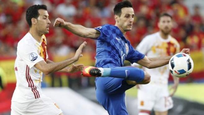 Kalinic remata ante Busquets en el Croacia - España de la Eurocopa de 2016.