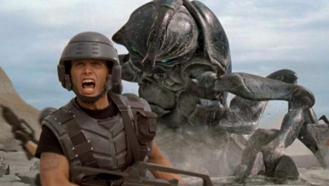 Escena de la película 'Starship Troopers', que critica la manipulación que ejerce el Ejército de EE UU en forma de sátira espacial.
