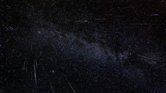 La lluvia de meteoritos conocida como Perseidas (o Lágrimas de San Lorenzo), en una imagen compuesta a partir de fotografías de larga exposición tomadas a lo largo de seis horas, en 2004.