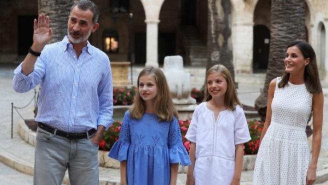 Los reyes Felipe y Letizia y sus hijas, la princesa Leonor y la infanta Sofía, posan en el Palacio de la Almudaina, en Palma de Mallorca.