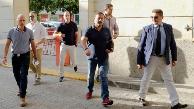 Llegada de los agentes de seguridad al Juzgado de instrucción número 16 de Sevilla.