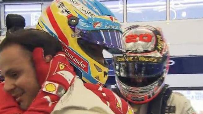 Fernando Alonso abraza a Felipe Massa después de que el brasileño lograra la pole en el GP de Austria.