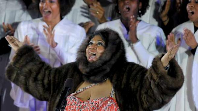 Aretha Franklin canta durante concierto navideño en el Rockefeller Center de Nueva York celebrado en 2009.