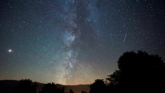 Las Perseidas o lágrimas de San Lorenzo, la lluvia estelar del verano, atraviesan el cielo junto a la Vía Láctea el la localidad cántabra de Proaño.