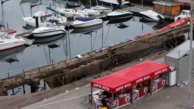 Vista del desplome de una pasarela de madera que se produjo durante una de las actuaciones del festival de deporte y cultura urbana O Marisquiño. que se celebra en Vigo (Pontevedra).