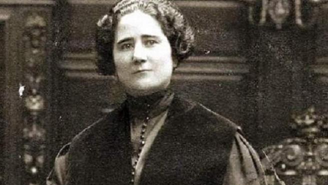 Escritora madrileña que fue una gran defensora de los derechos de las mujeres. Respaldó e impulsó el sufragio femenino en España y tuvo un acalorado debate en el Parlamento con Victoria Kent. También fue la primera en intervenir ante el Tribunal Supremo.