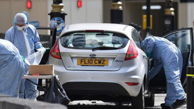 Investigadores tras el atentado en Westminster.