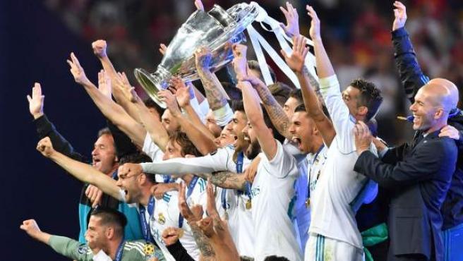 Zidane y los jugadores levantan su tercera Champions consecutiva tras vencer al Liverpool en la final en Kiev.