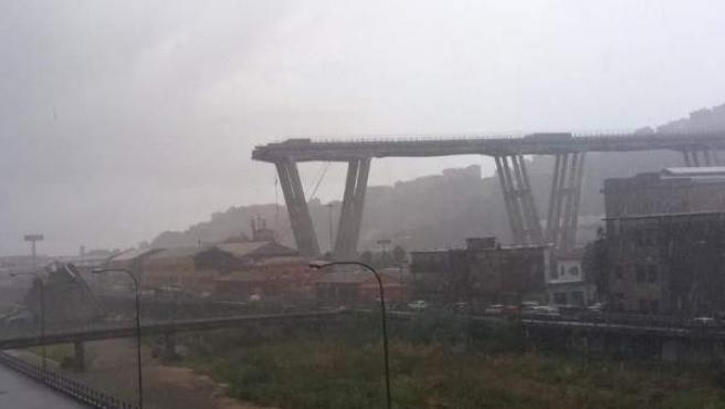 El puente Morandi, derrumbado en un tramo.