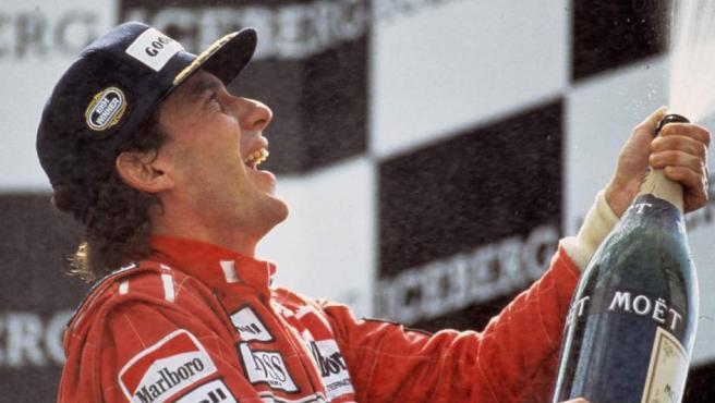 Era uno de los pilotos más talentosos de la historia y es reconocido por su velocidad, técnica y agresividad en las carreras. Ganó 3 Mundiales, pero su carrera se vio truncada en 1994 cuando falleció en un accidente en el circuito de Imola. Es uno de los grandes iconos.