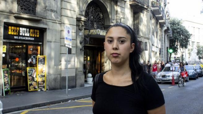 Carla Ramos en la Rambla de Barcelona, un año después de los atentados. De fondo, Beef Bull Club, la hamburguesería donde trabajaba.