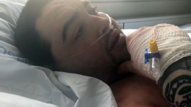 El joven Teófilo Rodríguez postrado en una cama del Hospital de Manises.