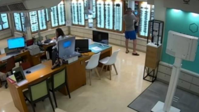 Ángel Boza, uno de los miembros de La Manada, se prueba unas gafas en la óptica de Sevilla donde robó un par.