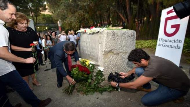 Ofrenda floral a Federico García Lorca y las víctimas del franquismo