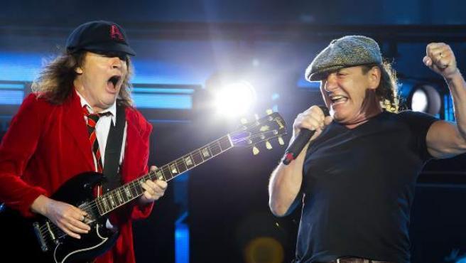 Angus Young (izq.) y Brian Johnson (dcha.) del grupo de rock AC/DC durante una actuación.