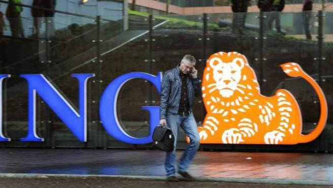Un empleado llega a la sede del banco holandés ING en Ámsterdam (Holanda).