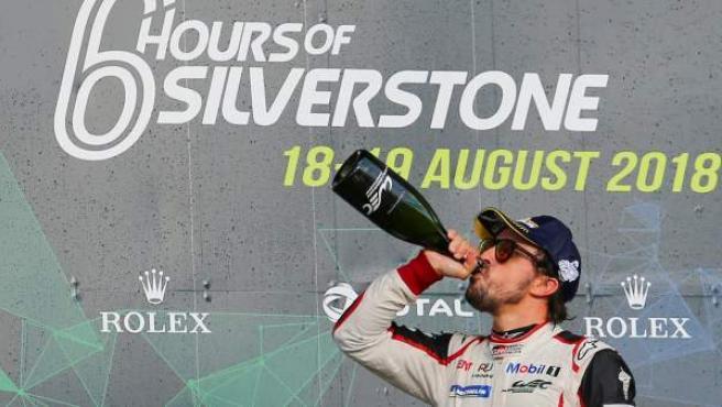 Fernando Alonso se bebe el champán tras ganar las 6 Horas de Silverstone junto al suizo Sebastien Buemi y el japonés Kazuki Nakajima.