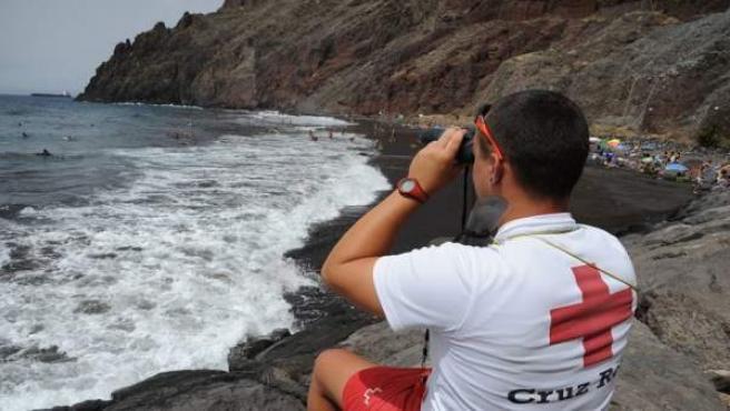 Un socorrista de Cruz Roja realiza vigilancia en la playa de Las Gaviotas